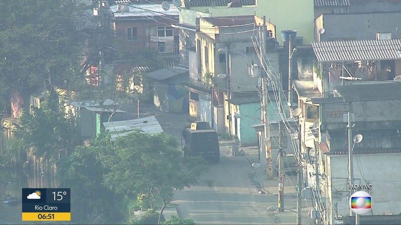 PM realiza operação na Cidade de Deus para retirada de barricadas