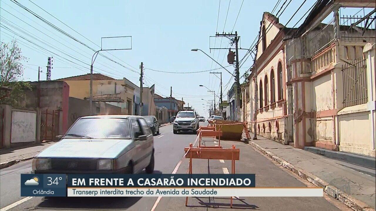 Risco de queda do prédio que pegou fogo interdita trecho da Avenida da Saudade em Ribeirão