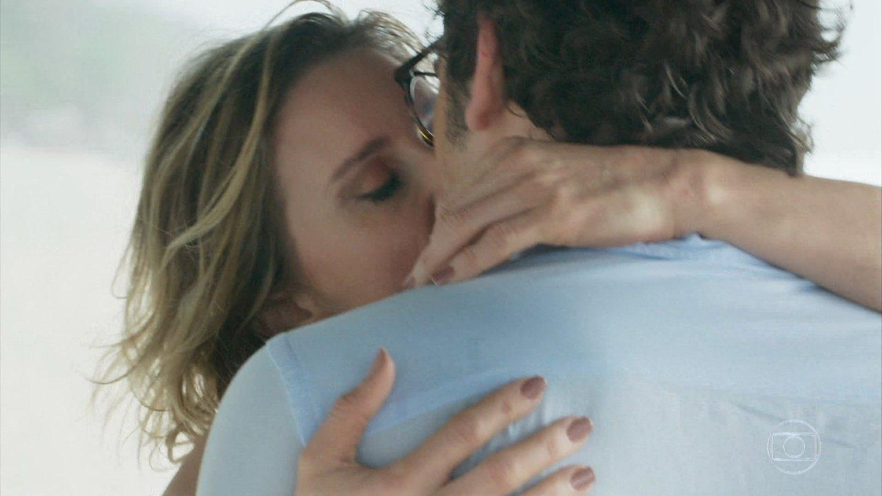 Benjamin e Letícia se beijam
