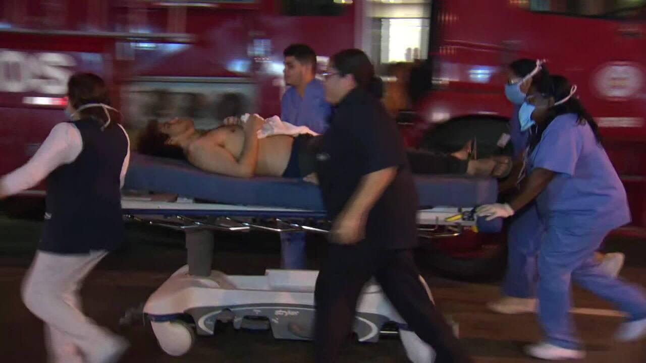 Pacientes são retirados do Hospital Badim após incêndio