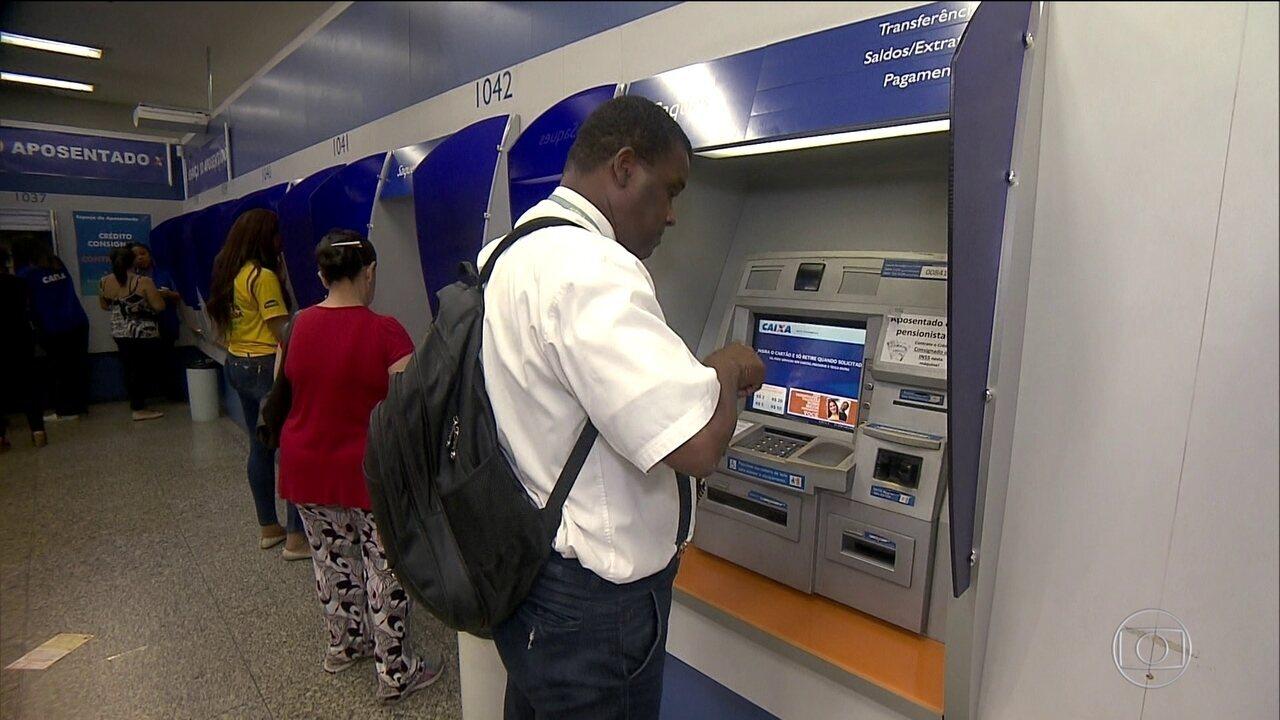 Trabalhadores começam a sacar até R$ 500 de contas do FGTS