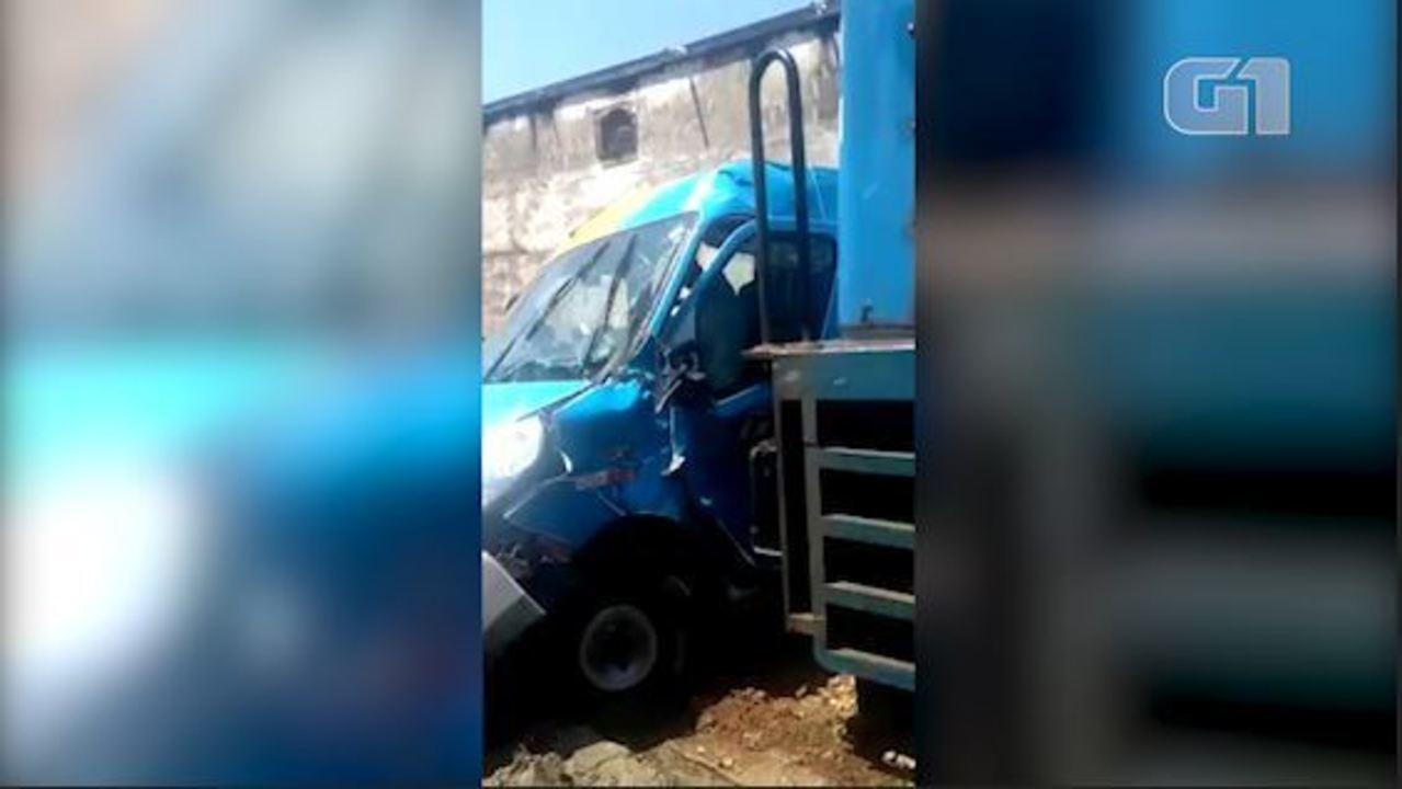Trem bate em van em passagem de nível da Supervia, no RJ