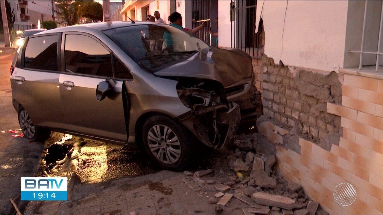 Idosa de 72 anos morre após carro colidir com outro veículo e atingir casa
