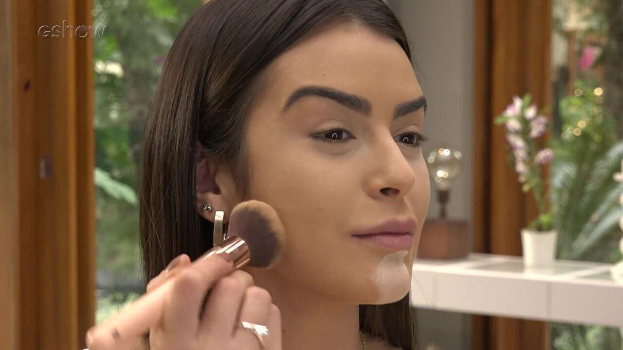 Mari Saad ensina a fazer maquiagem para festival de música
