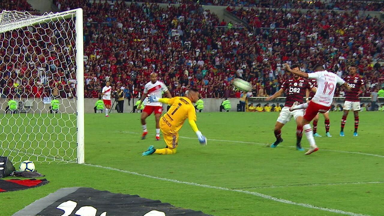 Lindoso tenta duas vezes após escanteio, mas Diego Alves evita aos 32 do 2º tempo