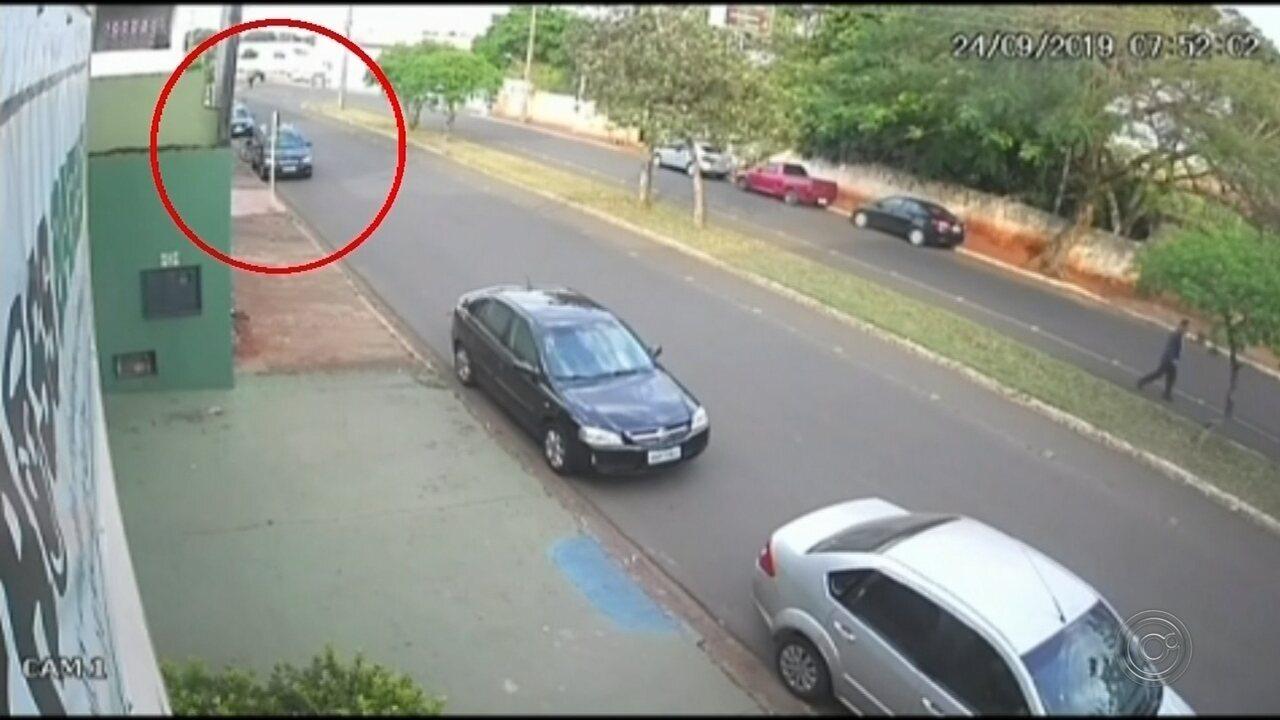 Novas imagens mostram suspeito de matar universitária encostado no carro da vítima