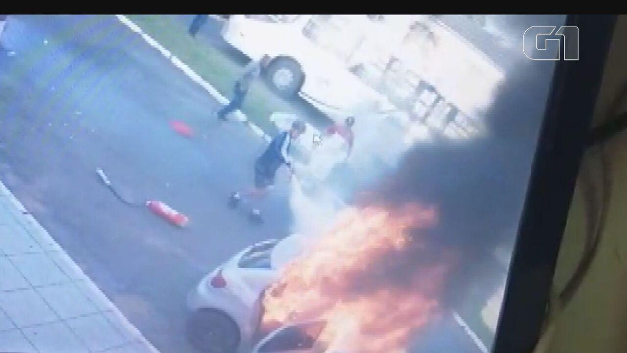 Moradores tentam apagar chamas de carro após tentativa de feminicídio em Pirassununga