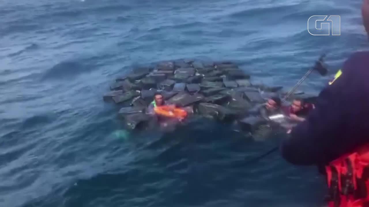 Traficantes usam pacotes de cocaína para boiar no mar após um naufrágio