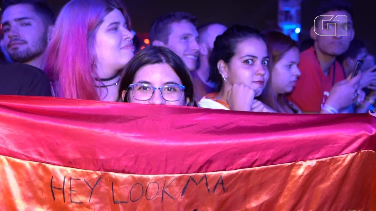 "Fãs de ""Panic! At the Disco"" levam bandeira LGBTI+ para grade"