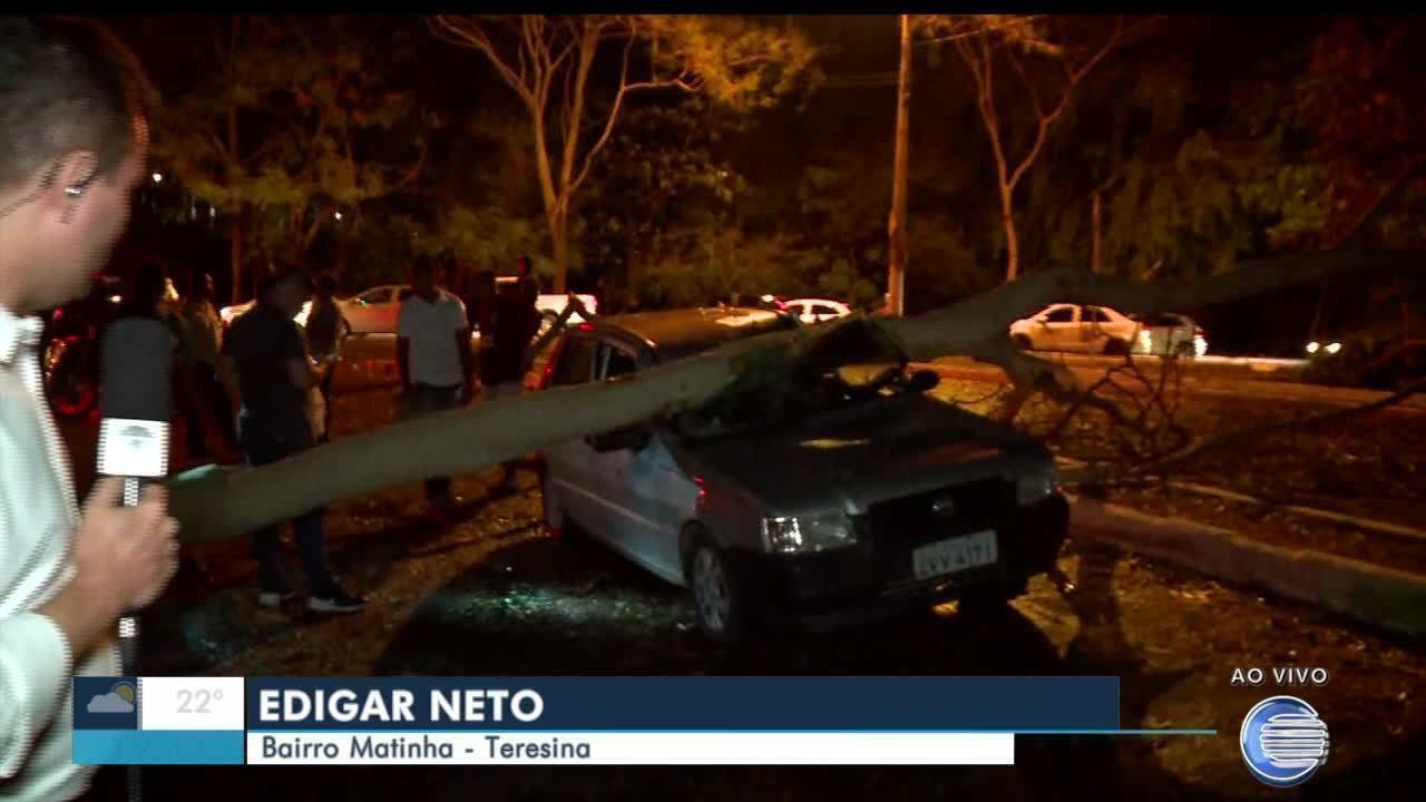 Chuva com ventos fortes deixa estranhos e bairros sem energia em Teresina