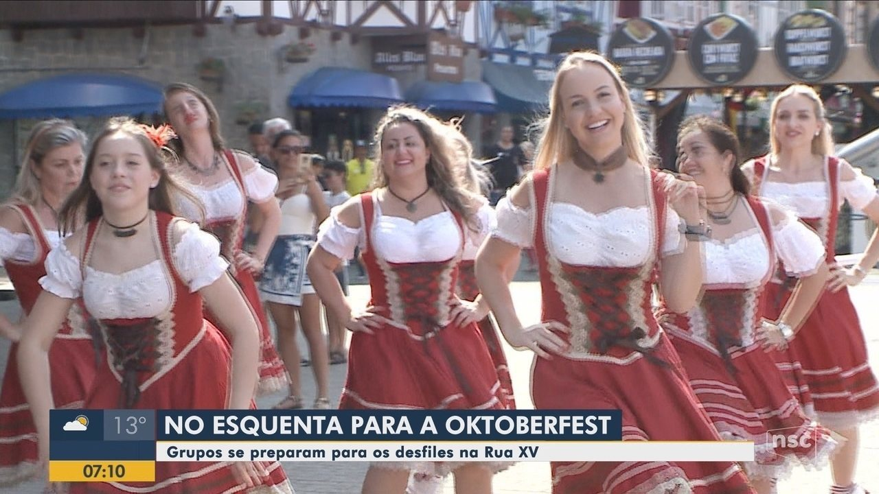Grupos se preparam para as atrações da Oktoberfest em Blumenau