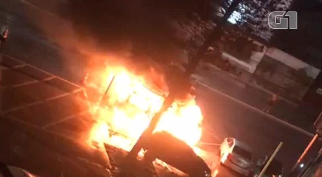 Carro é incendiado no pátio da DP de Cabo Frio, no RJ