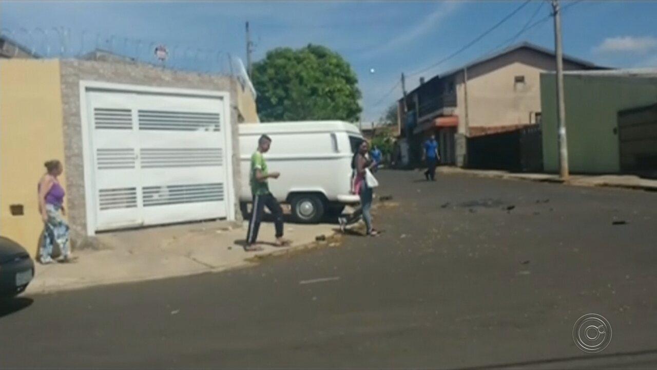 Perua derruba muro e invade casa após acidente em Bauru