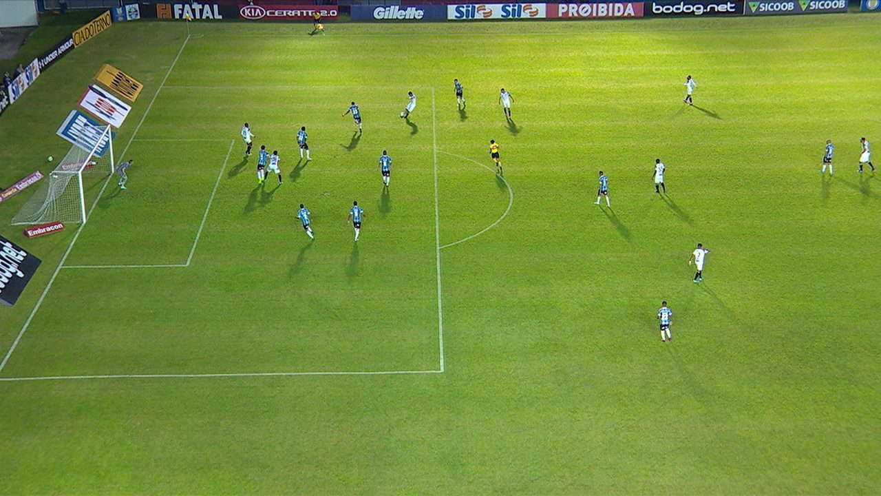 Fabinho manda na meta, mas acerta a trave. Na sobra, Pedro Ken faz o gol, mas impedimento é marcado, aos 27' do 1º tempo