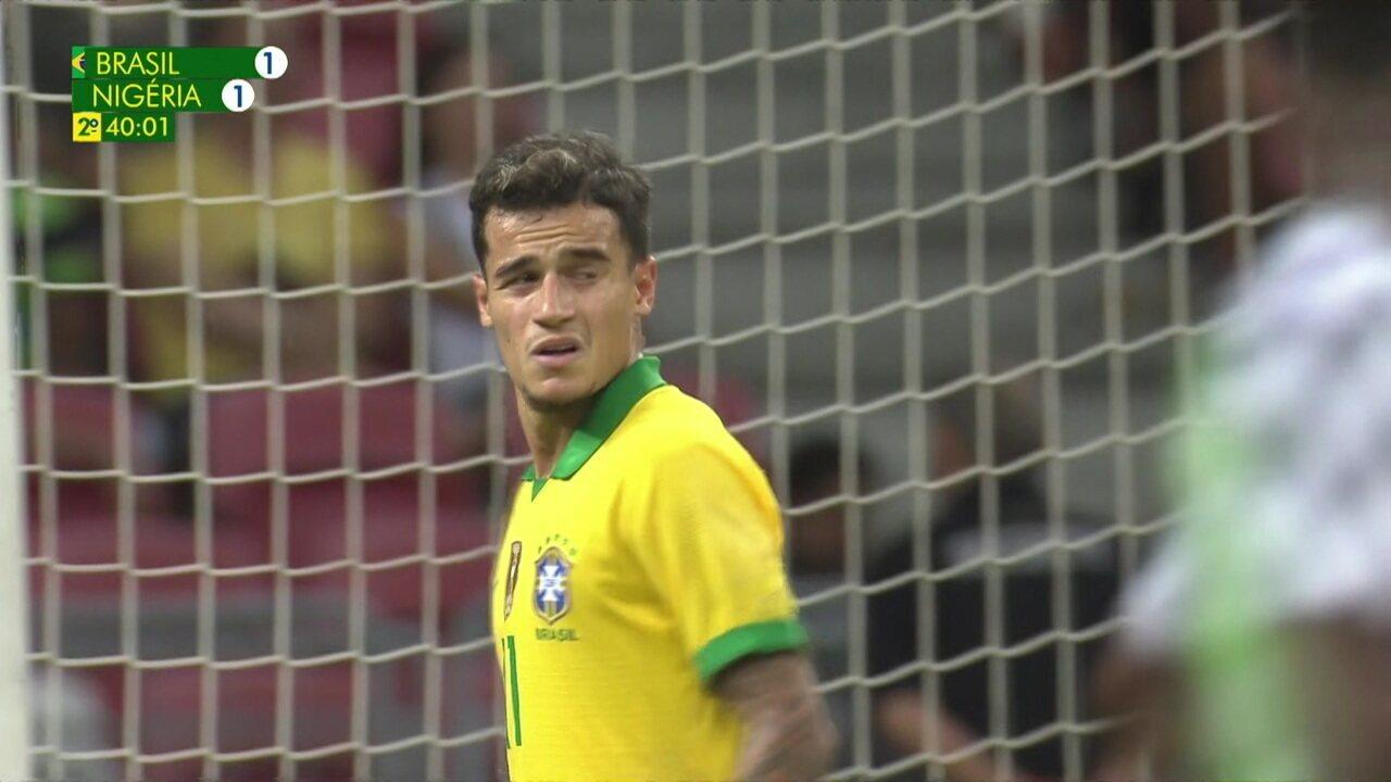 Renan Lodi rola para Philippe Coutinho na marca do pênalti, o meia bate rasteiro e o zagueiro nigeriano tira, aos 40 do 2º