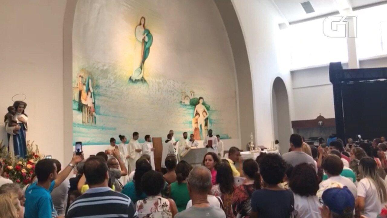 Devotos rezam a oração a Irmã Dulce durante celebração no santuário; veja trecho