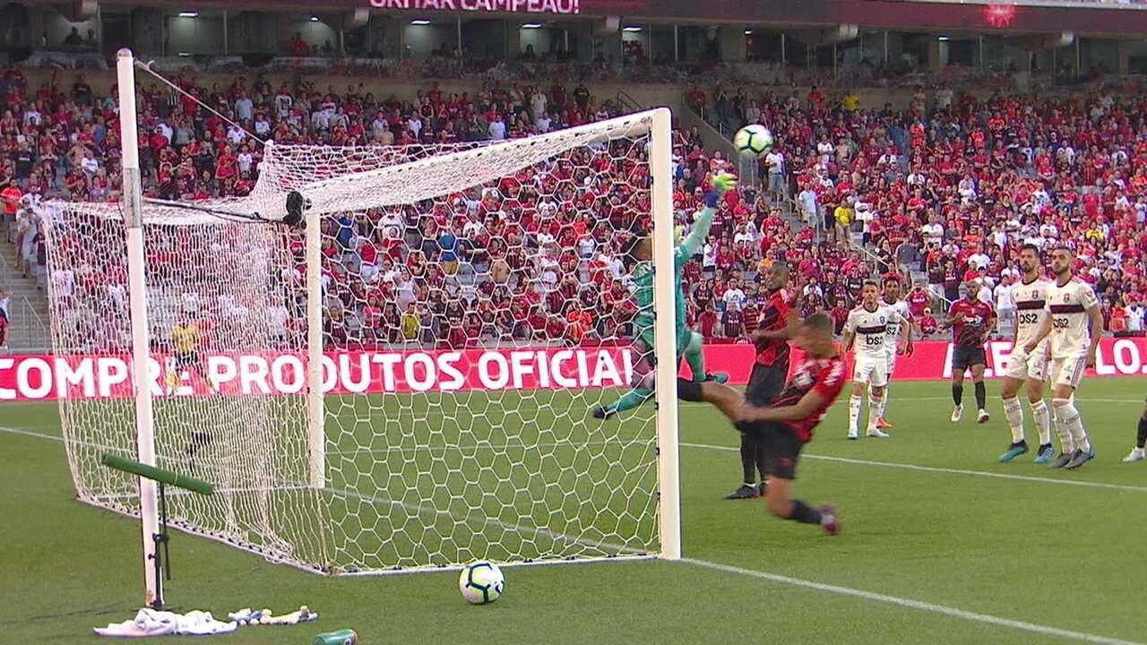 Após córner, Thiago Heleno cabeceia e Diego Alves faz linda defesa, aos 29 do 1º