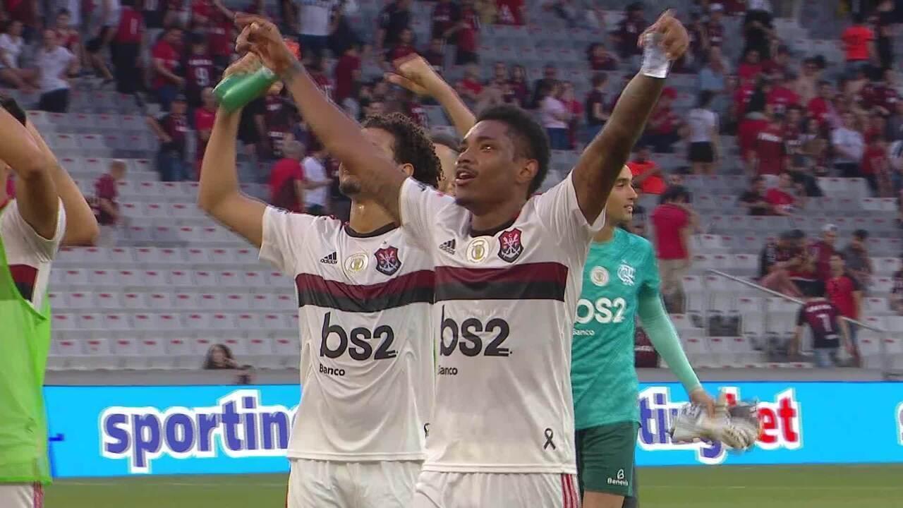 Jogadores do Flamengo imitam comemoração de Gabgol após vitória sobre o Athletico-PR