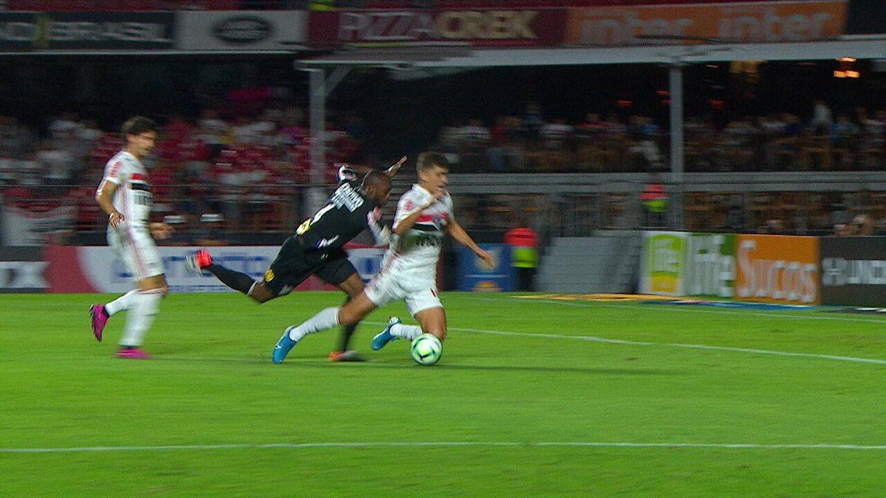Vitor Bueno é derrubado por Manoel dentro da área contra o Corinthians
