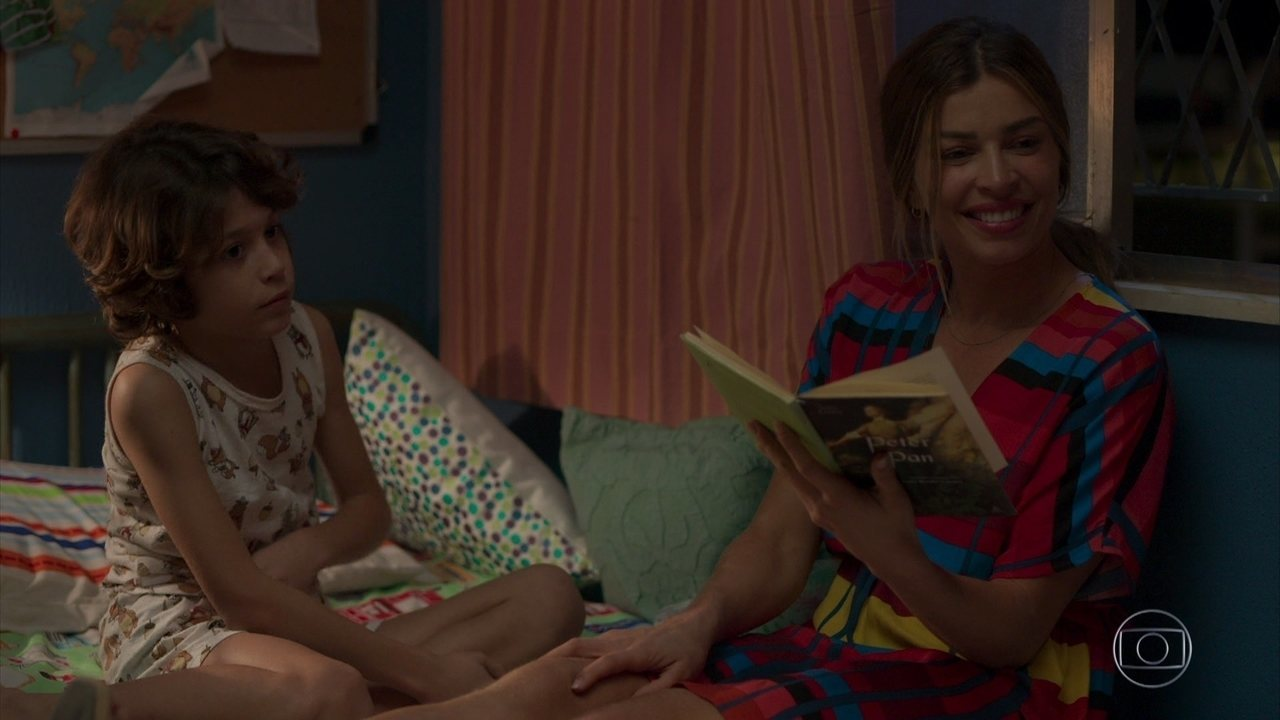 Paloma lê livro para Peter