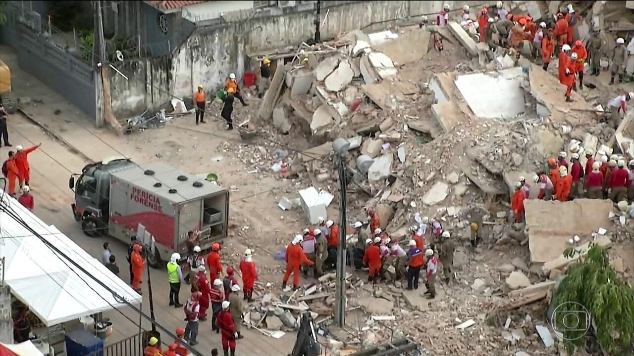 Bombeiros retiram quarto corpo dos escombros do prédio que desabou em Fortaleza