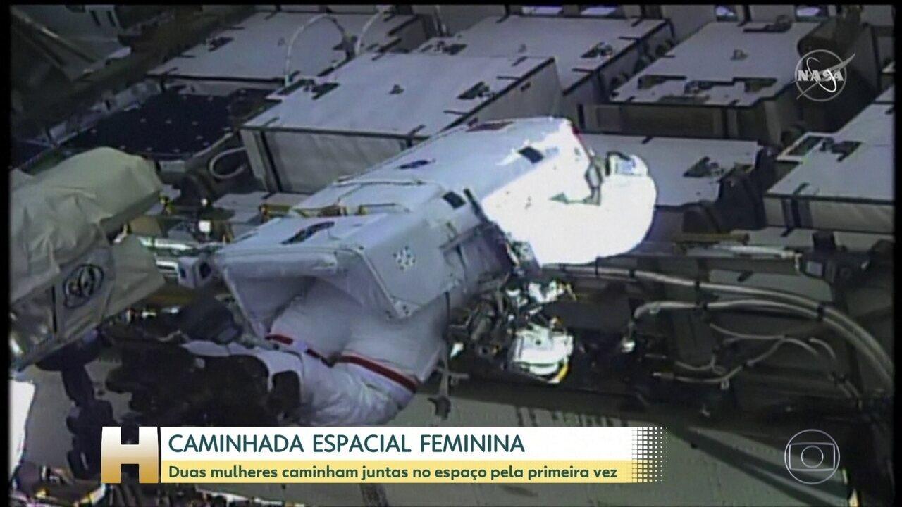 Duas mulheres caminham juntas no espaço pela primeira vez