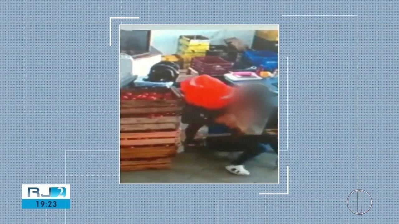 Vídeo mostra assaltante imobilizando atendente em roubo a mercado em Macaé, no RJ