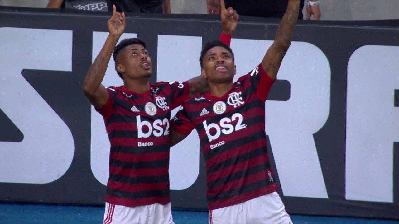 Gol do Flamengo! Everton Ribeiro bate escanteio, Rodinei cruza na medida e Bruno Henrique abre o placar, aos 03' do 1º tempo