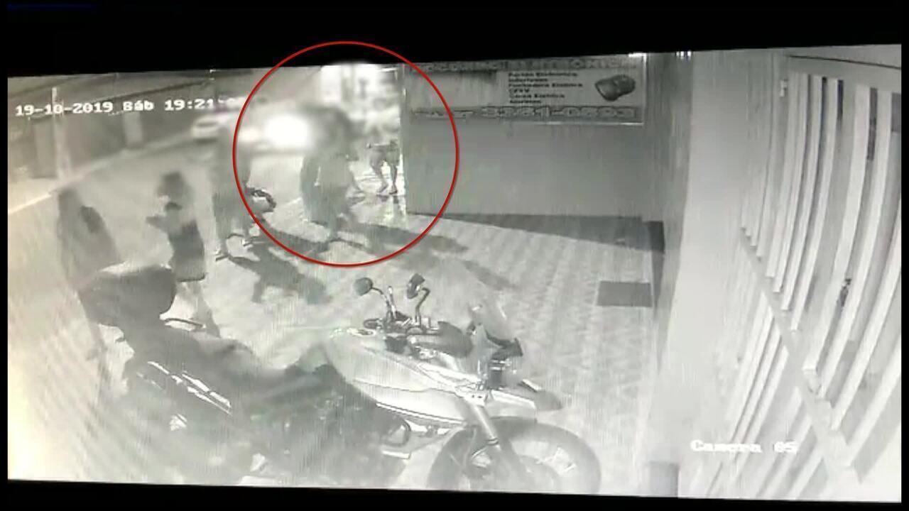Vídeo mostra momento em que fachada de prédio cai e atinge menina de 2 anos em Guarapari