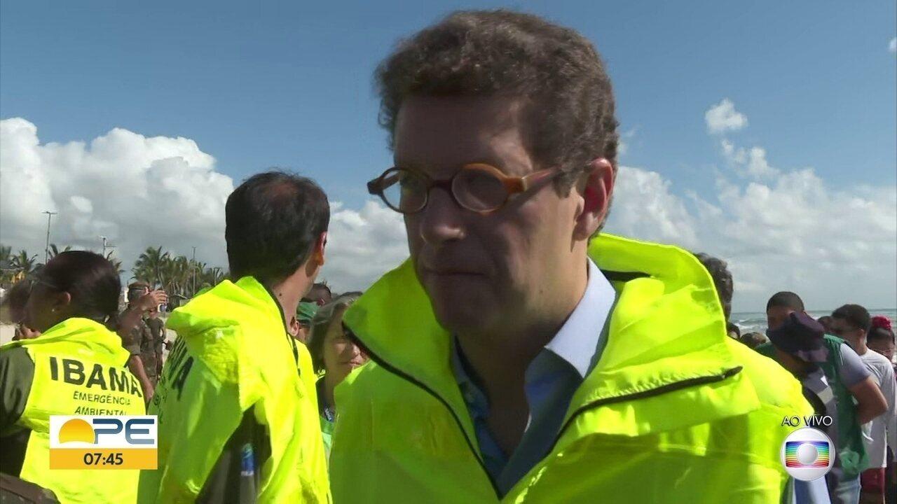 Ministro do Meio Ambiente inspeciona praia de PE onde Exército atua na limpeza do óleo