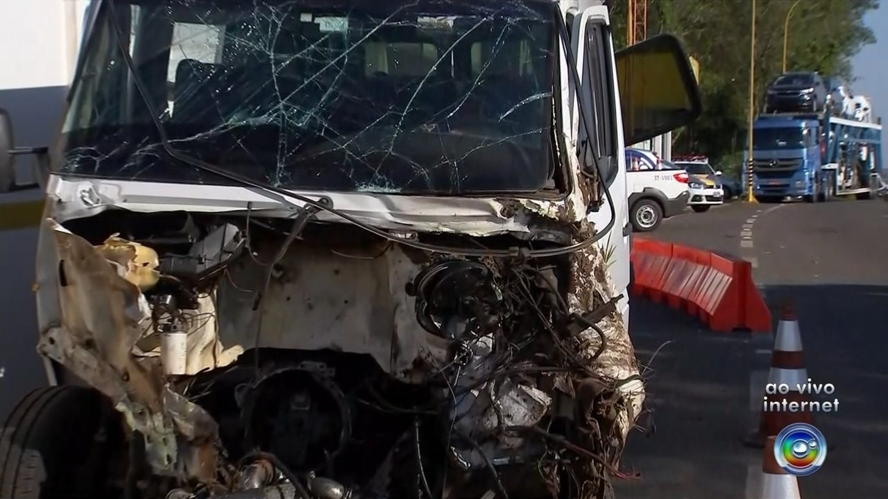 Motorista de micro-ônibus trafega na contramão e bate em caminhão-cegonha
