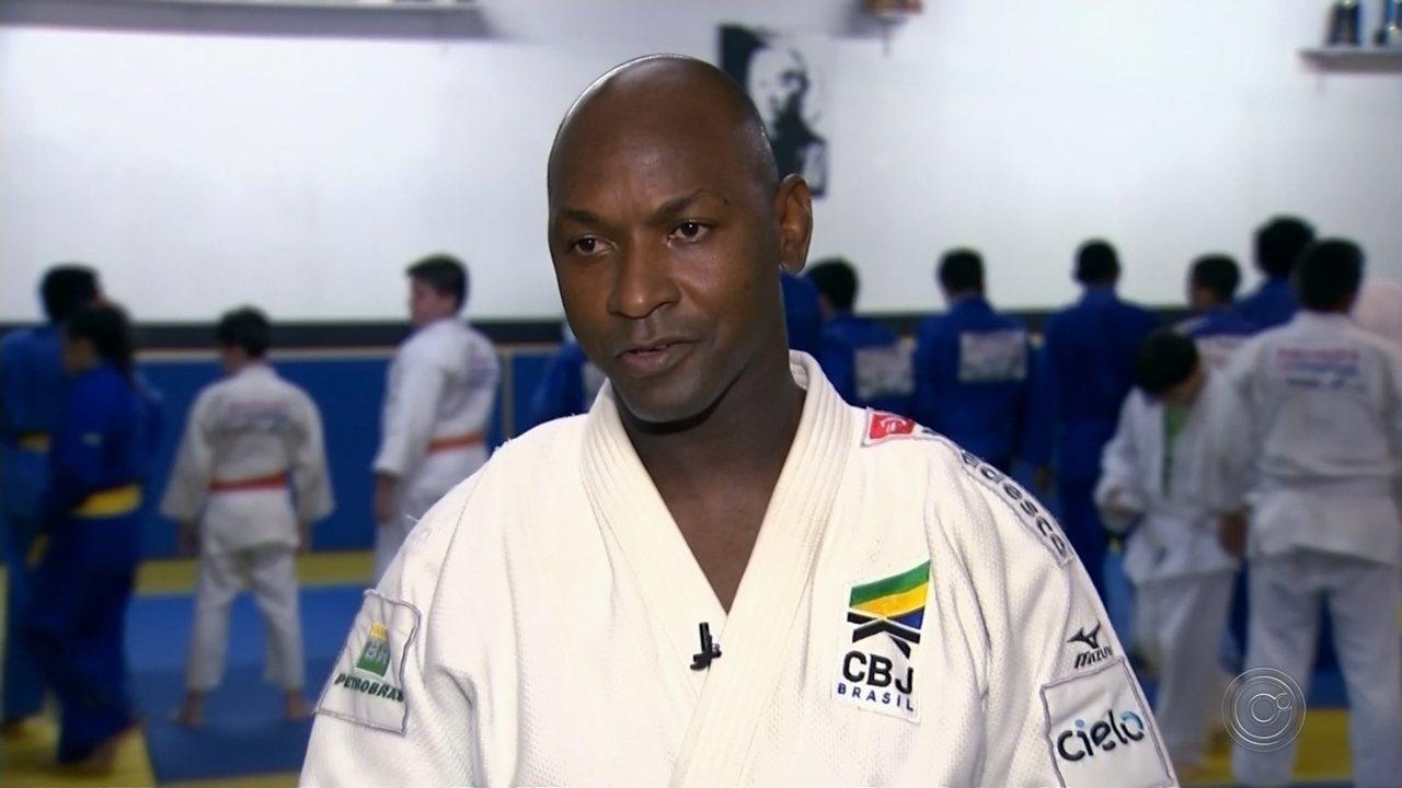 Corpo de Mário Sabino, ex-judoca olímpico, é enterrado em Bauru