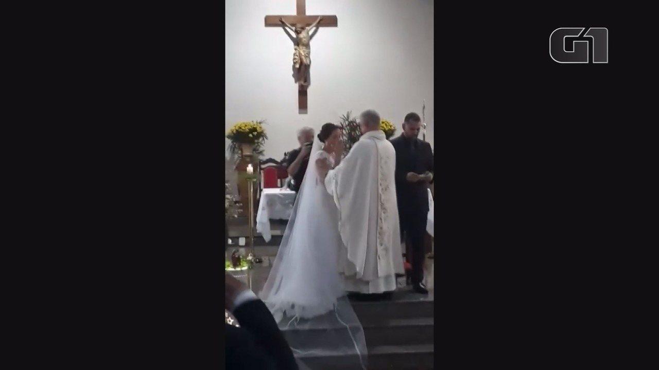 Anjo da guarda' de casal surdo, padre celebra casamento em Libras em Franca, SP
