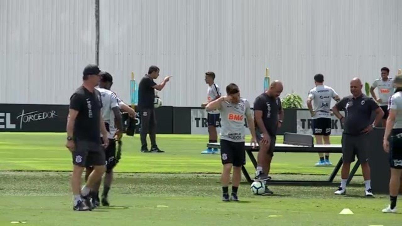 Fábio Carille dá orientações a Pedrinho no treino do Corinthians