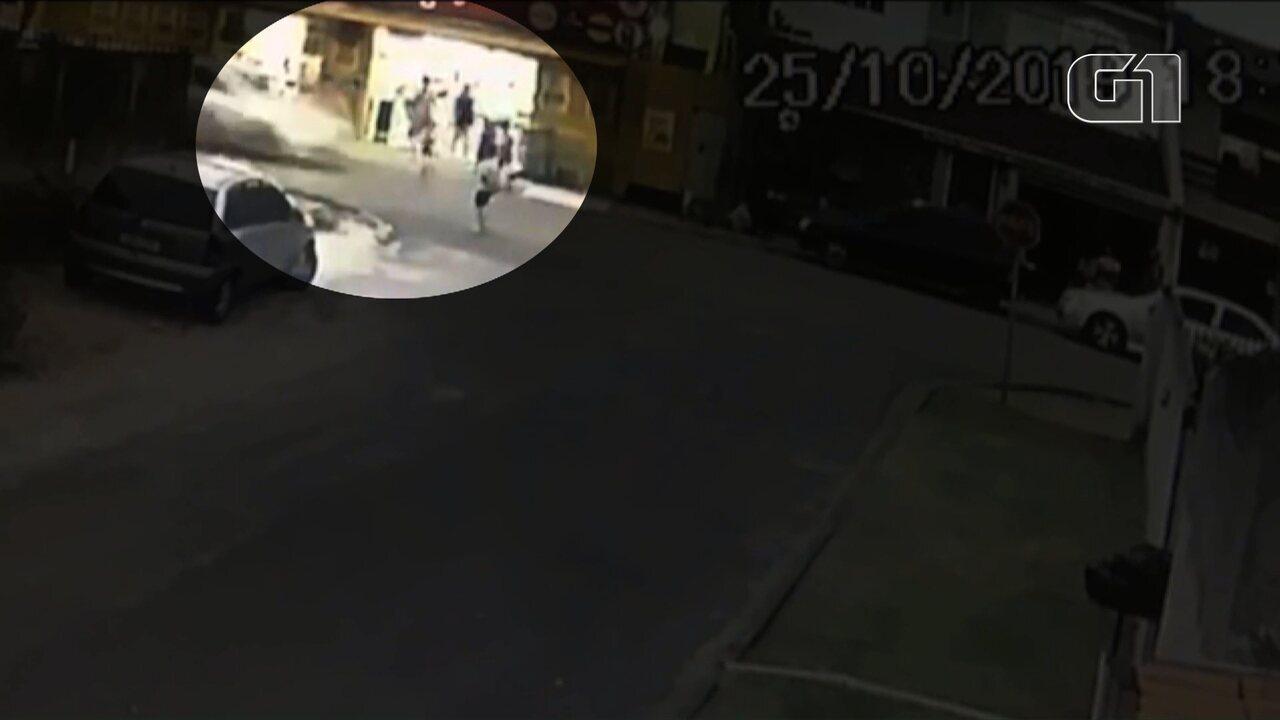 Imagens de câmeras de segurança mostram o momento que o menino corre para o meio da rua.