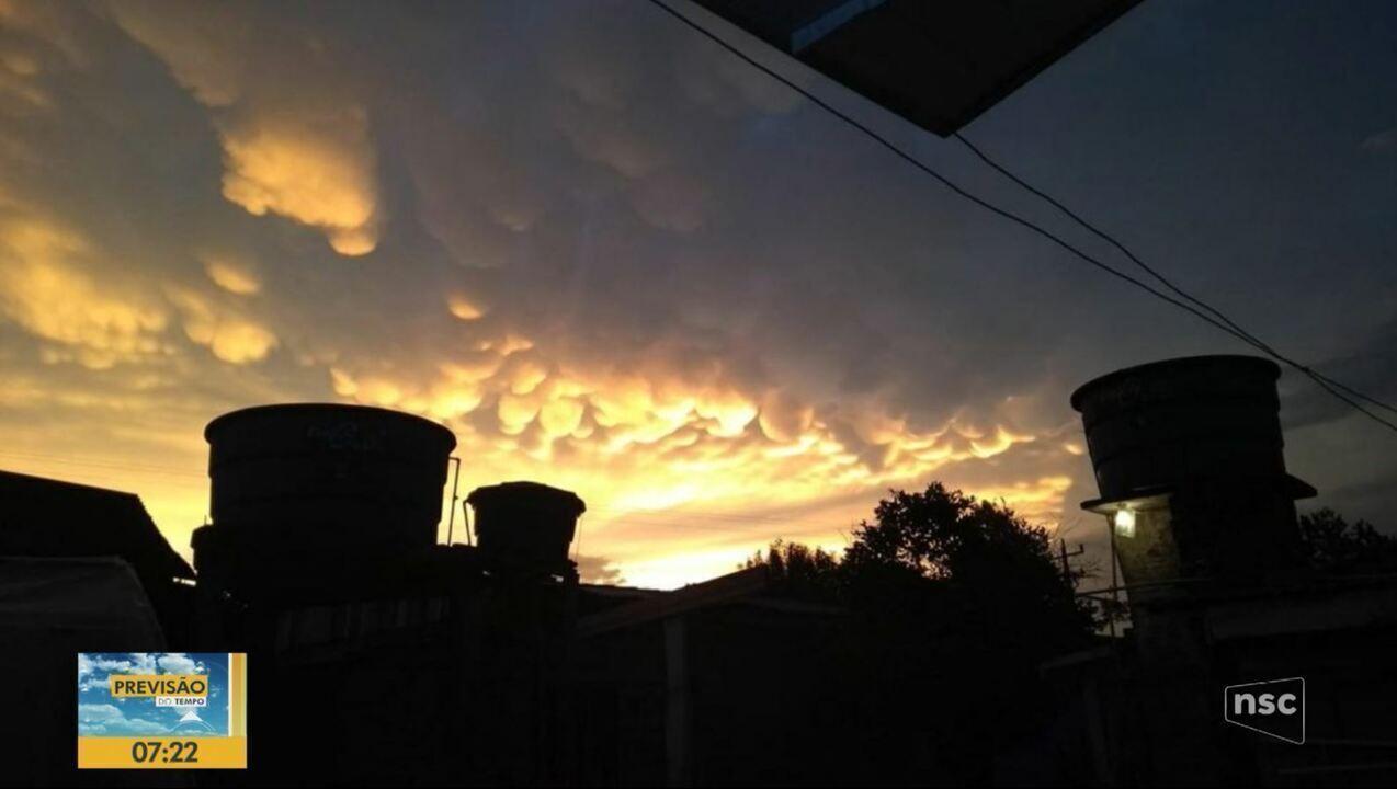 Nuvem 'mammatus' chama a atenção de moradores em SC
