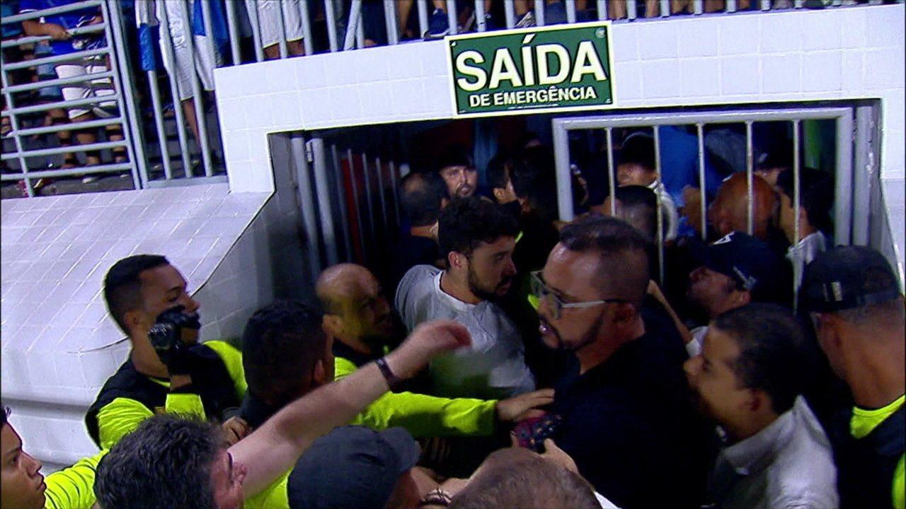 Diretoria do Corinthians se envolve em confusão na entrada do vestiário