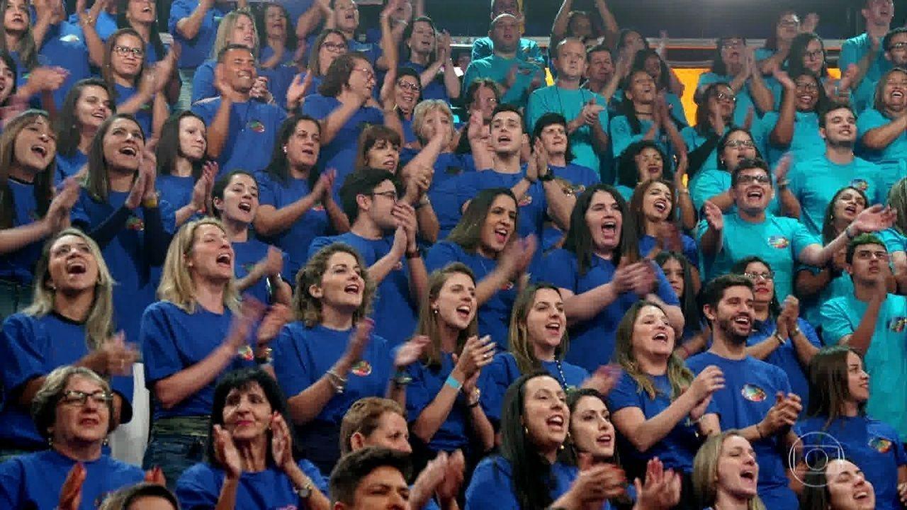 A plateia surpreende e faz coro homenageando Sandy e Junior