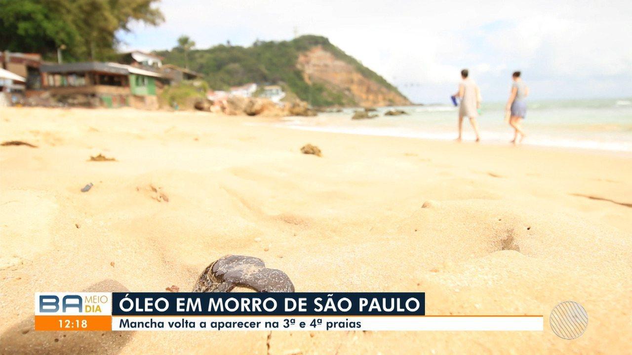 Manchas de óleo retornam ao Morro de São Paulo e equipe de limpeza ajuda na retirada