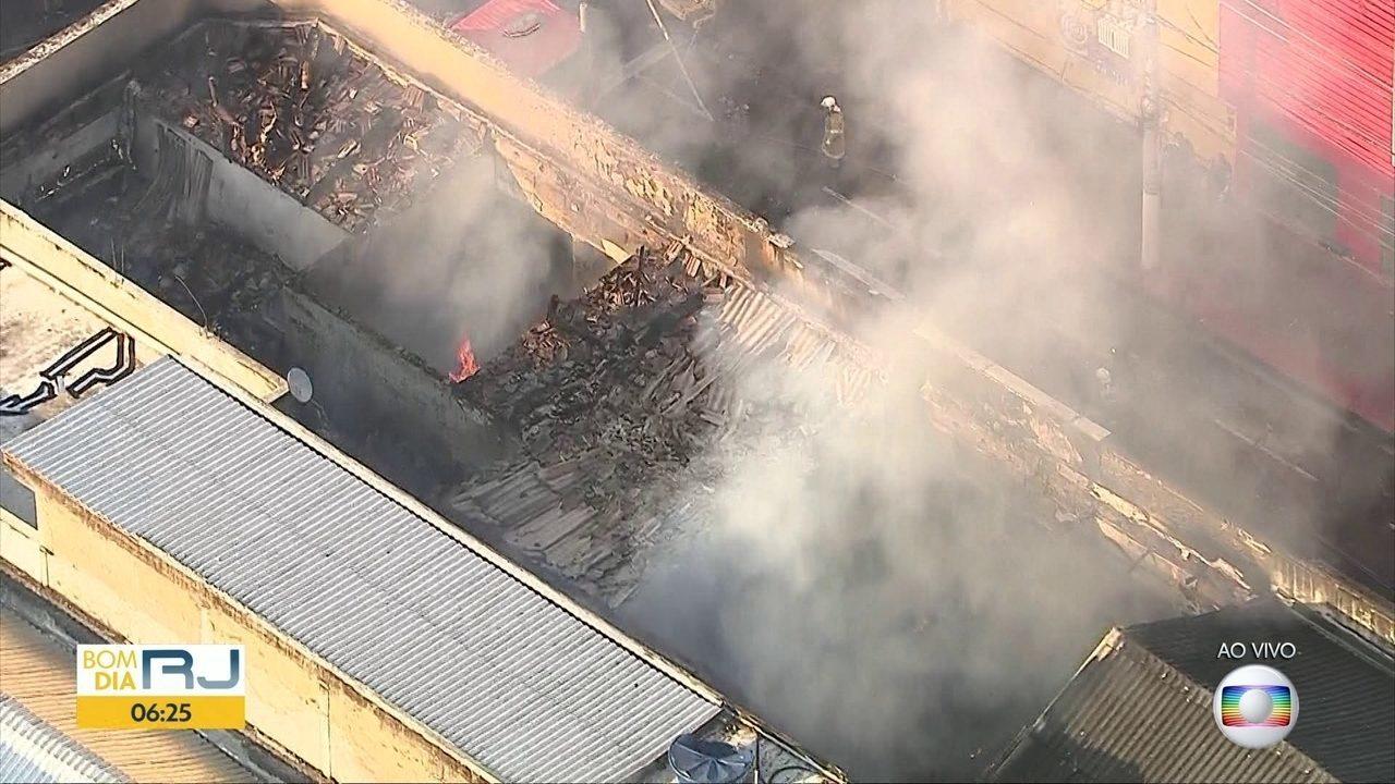 Incêndio destrói lojas no centro de Niterói
