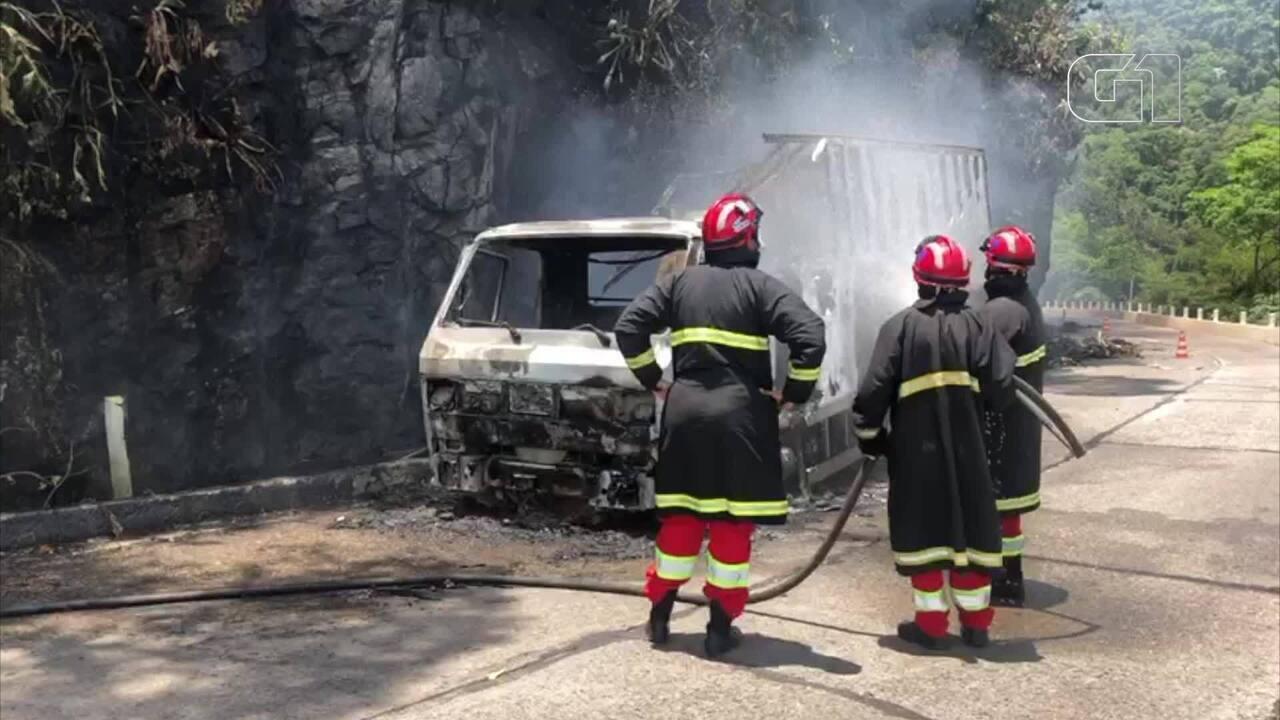 Bombeiros apagam fogo em caminhão na BR-040, na subida da Serra
