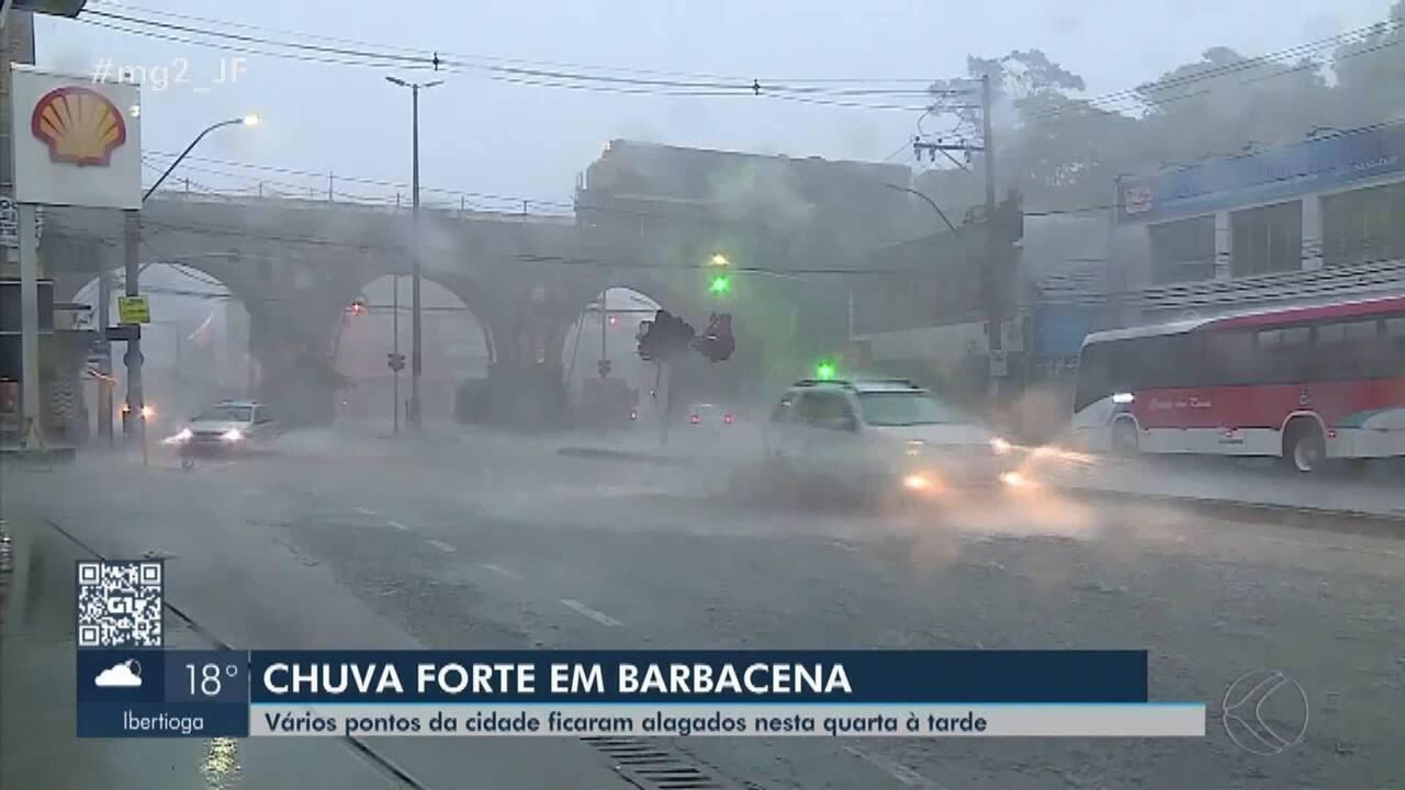 Forte chuva assusta moradores e causa alagamentos em Barbacena
