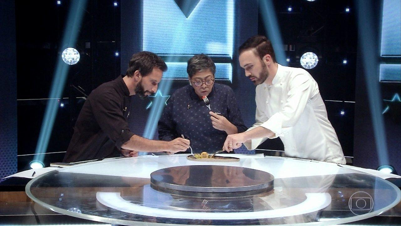 Os técnicos de cada time provam os pratos feitos participantes