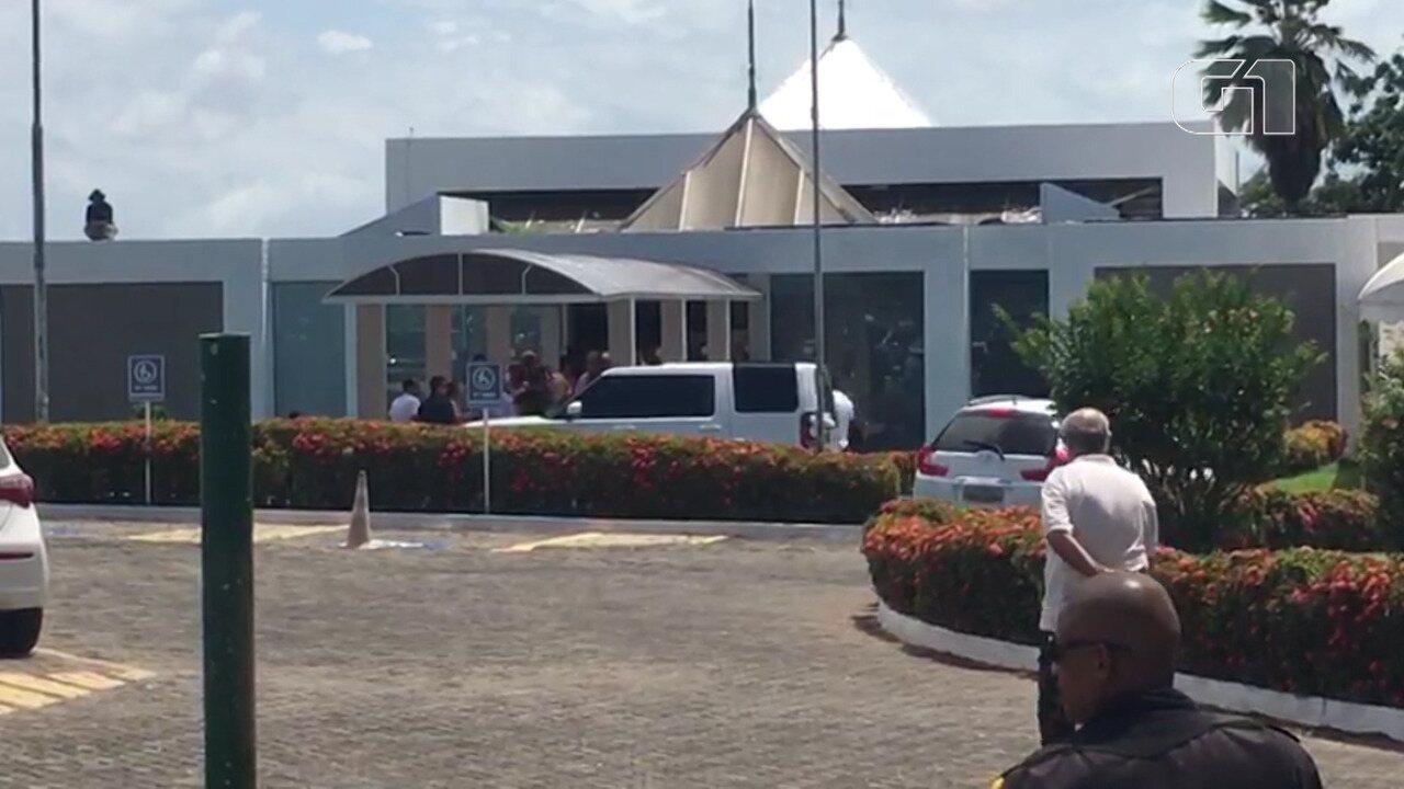 VÍDEO: Ivete Sangalo e família chegam ao Jardim da Saudade para cremação de Jesus Sangalo