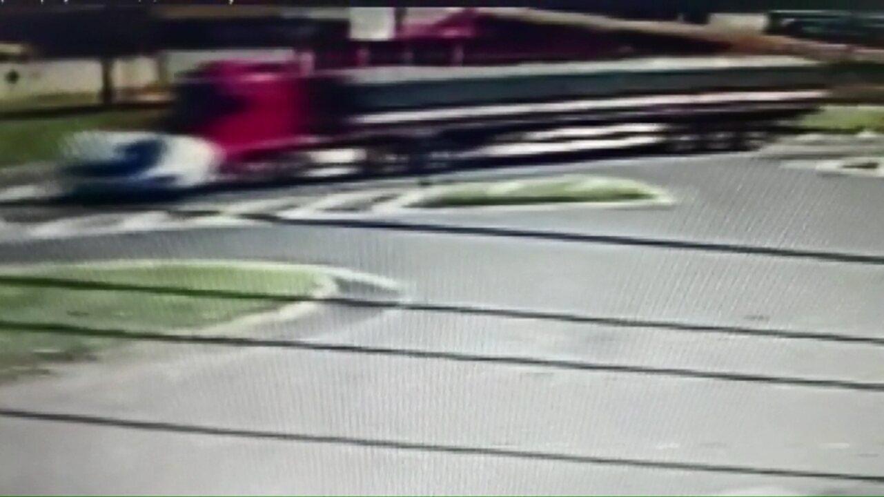 Carro é atingido por caminhão em trevo da BR-277 em Cascavel