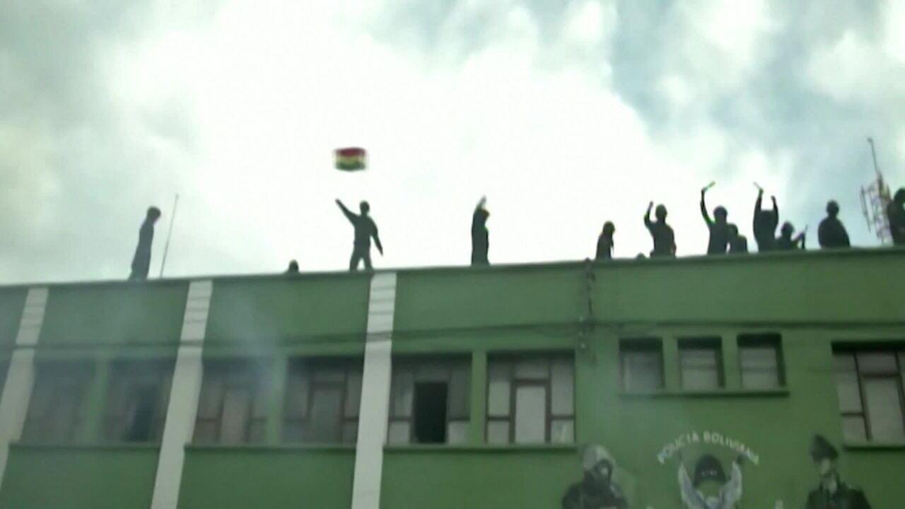 Policiais se unem a manifestantes em protestos contra a reeleição de Morales na Bolívia
