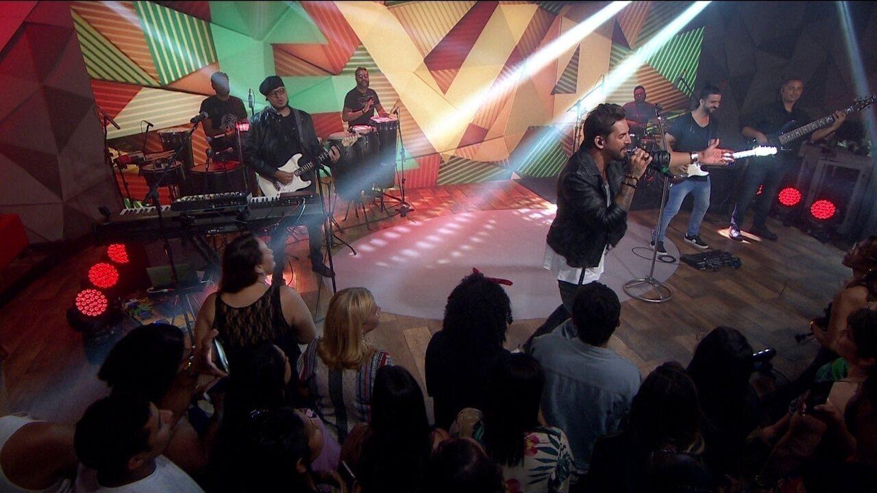 Banda Eva canta a música '40 Graus'