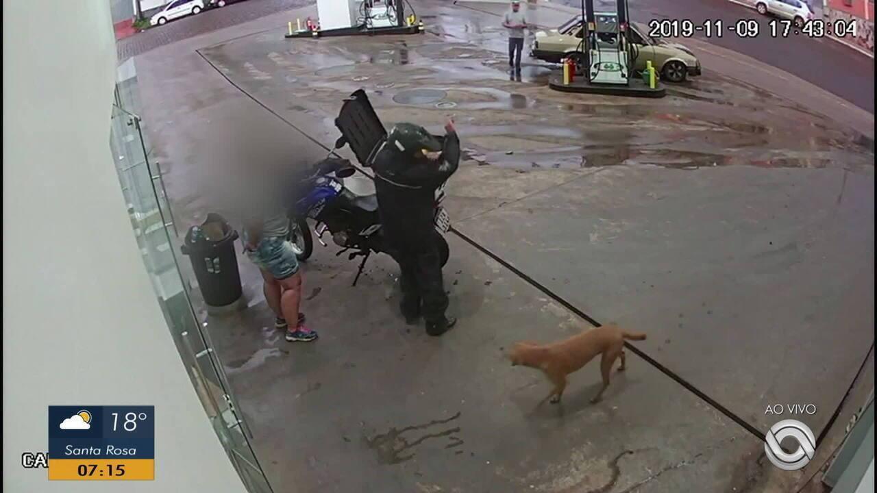 Câmera de segurança registra homem agredindo cão com um facão