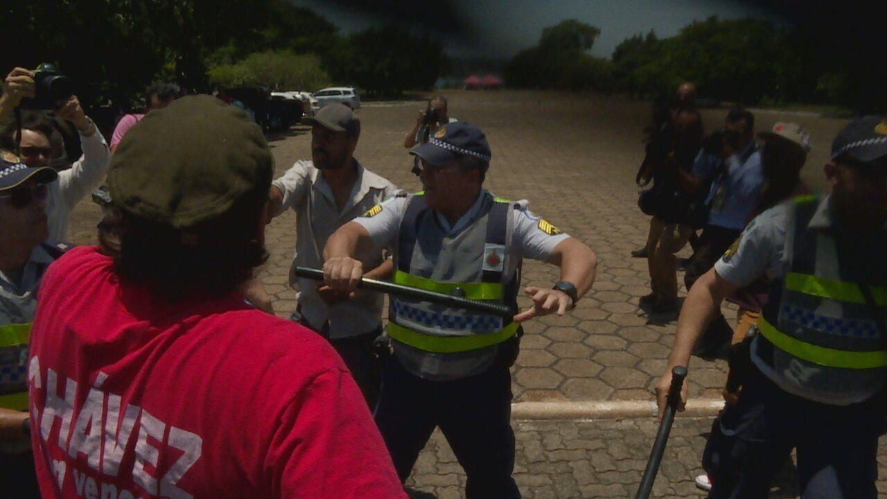 Polícia prende manifestante em protesto em frente a Embaixada da Venezuela