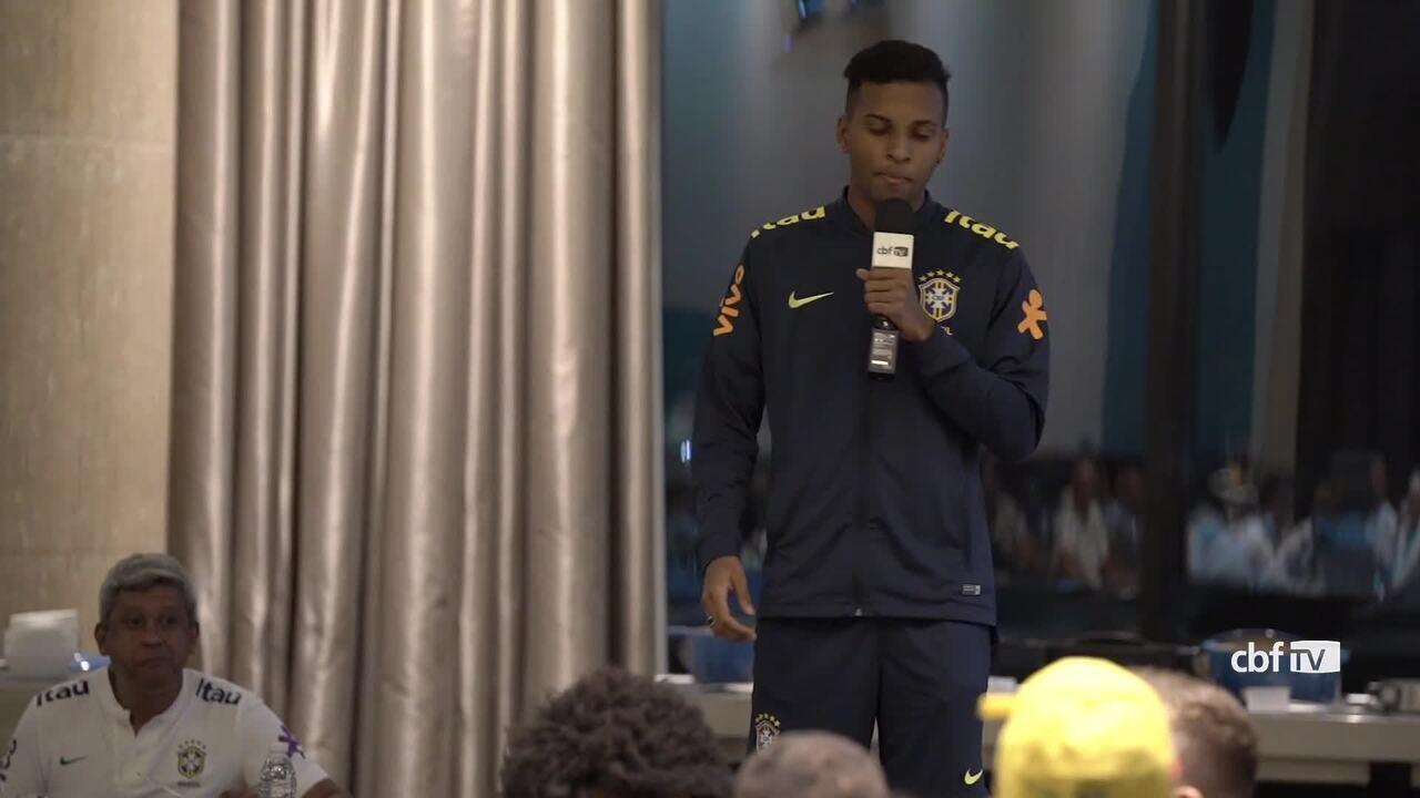 Trote de novatos da Seleção tem zoeira com Thiago Silva e Rodrygo cantando rap